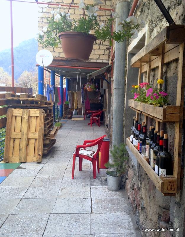 Gruzja - Kazbegi - Soul Kazbegi hostel - podwórko