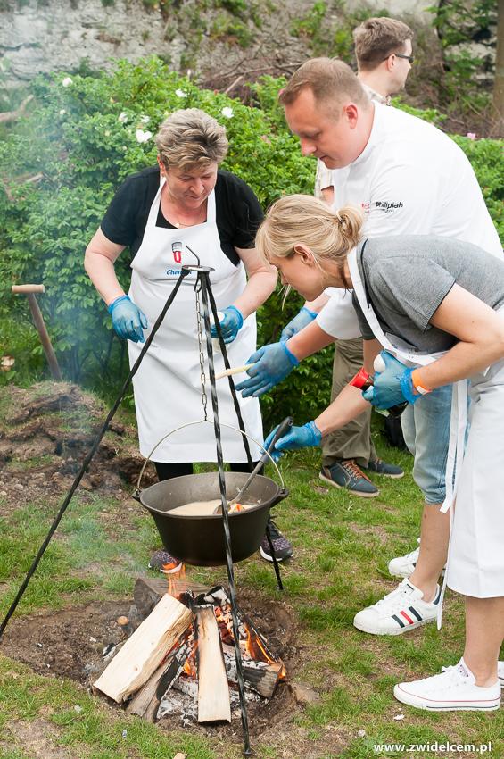 Ogrodzieniec - Poziom 511 Design Hotel & Spa - POkaz kulinarny z Karolem Okrasą - gotowanie zup0y w kociołku