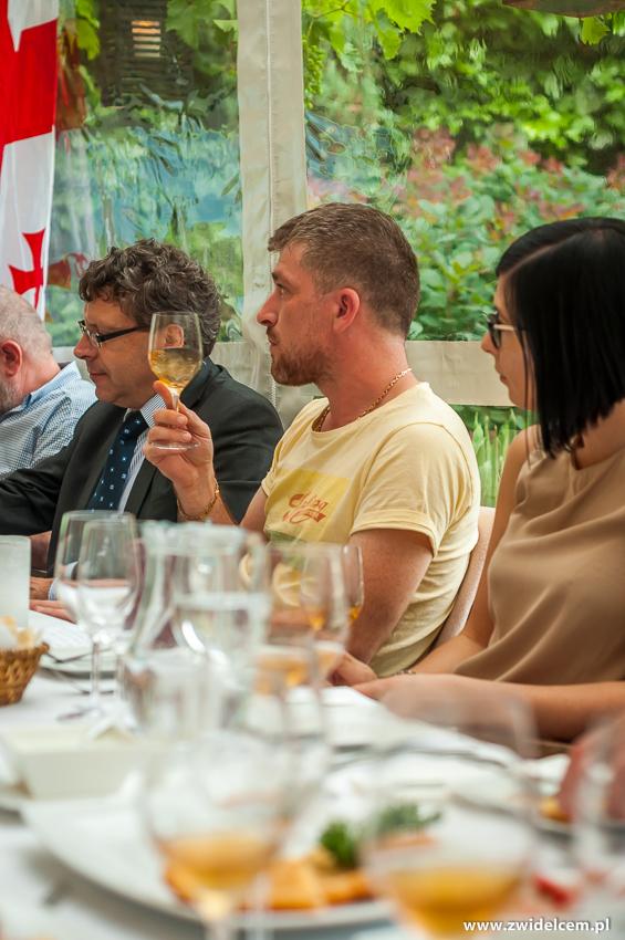 klimKraków - Klimaty Południa - degustacja win z winnicy Vaziani - kieliszek białego wina - degustacja