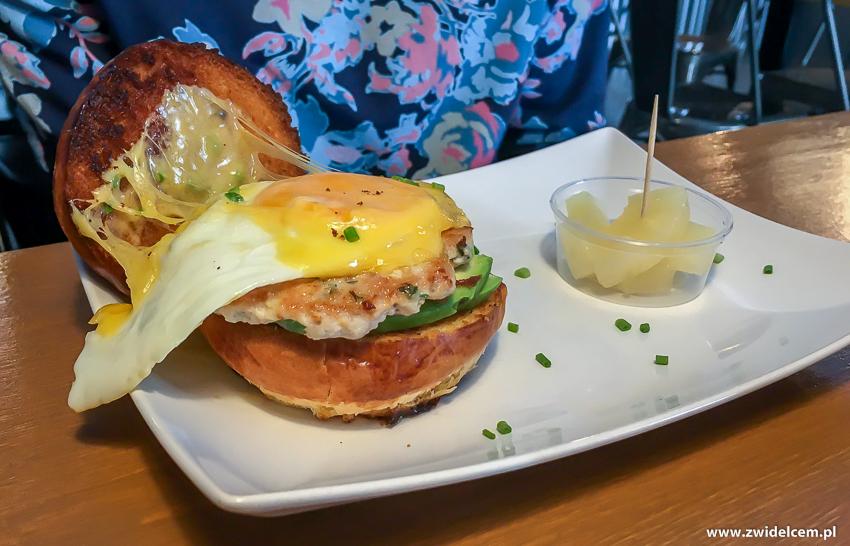 Kraków - Chicken Cafe - KIełbaska z kurczaka, awokado, jajko w bułce