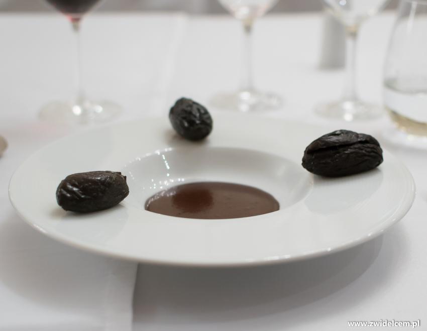 Kraków - Dwór Sieraków - Nowa osobowość kuchni i win Mołdawii - deser: suszone śliwki nadziewane orzechami z pikantnym, czekoladowym fondue