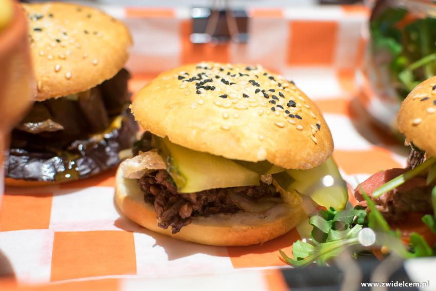 Kraków - Hotel Legend - Bistro Beta - burger z kaszanką i ogórkiem małosolnym